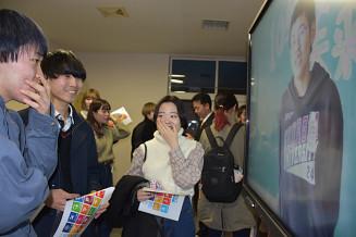 8年前に撮影した映像を見て笑顔を見せる大船渡北小の卒業生