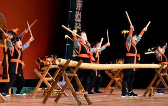 元気いっぱいの掛け声を上げながら竹太鼓などをたたく園児たち
