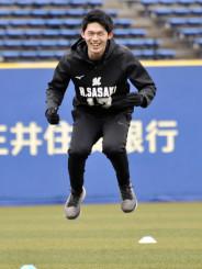 ロッテの新人合同練習で、俊敏性を高めるトレーニングを行うドラフト1位の佐々木朗希=ZOZOマリンスタジアム
