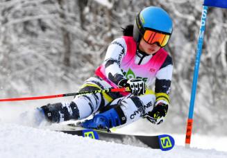 中学校女子大回転 2回ともラップを奪い、2連覇を果たした工藤瑞歩(安代)=八幡平市・安比高原スキー場