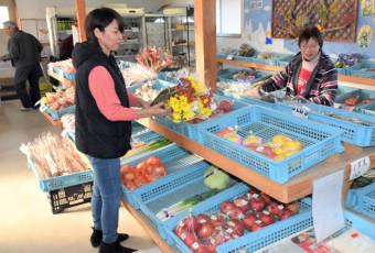 冬でも、リンゴや山菜など多くの農産物がそろう店内