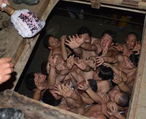 投げ込まれる蘇民袋に手を伸ばす参加者たち
