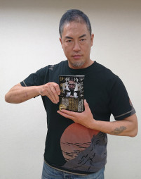 自伝「デスマッチ・ドラゴンは死なない」を出版した伊東竜二さん。「デスマッチファイターは天職だ」と語る