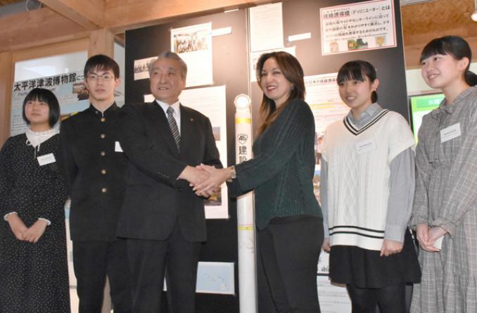 マーリーン・スー・ムリー館長(右から3人目)と握手を交わす野田武則市長と訪米した中学生