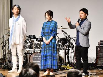 舞台あいさつをする(左から)服部恭之さん、内田慈さん、柴田啓佑監督