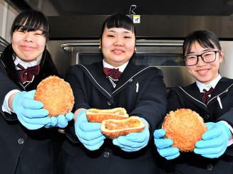 地元産の牛肉やリンゴでカレーパンを作った(左から)佐藤美桜さん、阿部愛美さん、高橋星良さん