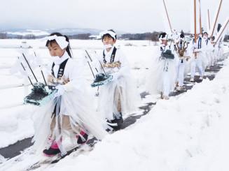 白装束姿で天照皇大神宮までの道のりを歩く参加者