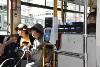 盛岡中心市街地循環バス「でんでんむし」に試験的に導入された交通系ICカードの車載機器=2019年5月、盛岡市・盛岡駅東口バスターミナル