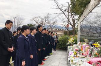 犠牲者の名前が刻まれた石碑の前で思いをはせる野田中の生徒=17日、兵庫県西宮市・西宮震災記念碑公園