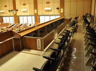県議会や県内の市町村議会では、子連れでも居やすい特別室などは設けられていない=盛岡市議会本会議場