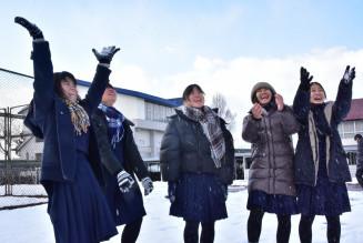 雪遊びを楽しむ八重山高の生徒たち
