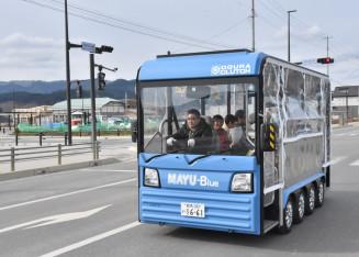 試乗体験で市中心部を走る電気バス