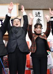 初当選を決め、万歳する山下正勝氏(左)とかつみ夫人=19日午後9時2分、一戸町高善寺の事務所