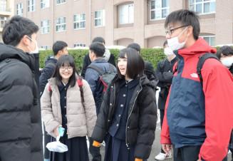 2日間の試験を終え、ほっとした表情を見せる受験生たち=19日、盛岡市上田・岩手大