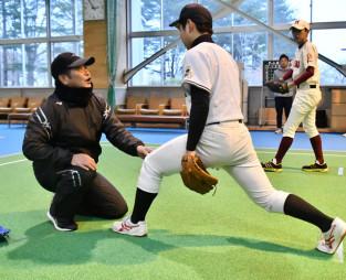 中学生に投球時の足や腰の使い方を指導する工藤公康監督
