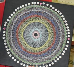 自作した糸かけ曼荼羅で素数の特徴を調べた伊東悠陽君