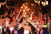 炎ぶつけ祈りささげる 平泉・毛越寺で二十日夜祭