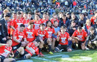 最終戦に逆転勝ちし、TCL3季目にチーム最高順位の4位になった釜石SWの選手たち=19日、東京・秩父宮ラグビー場