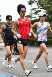 五輪の出場権がかかる日本選手権に向けて練習に励む高橋英輝(中央)=宮崎市