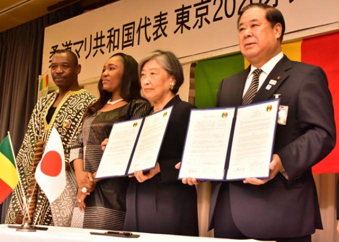 締結式で覚書を披露する村上一枝さん(右から2人目)、谷藤裕明市長(右)ら