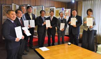 小沢昌記市長(左から5人目)に早期実現への協力を要望する石川悦哉団長(同6人目)ら