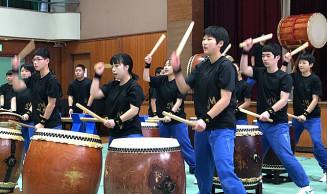感謝の思いを込めて創作太鼓を演奏する野田中の生徒