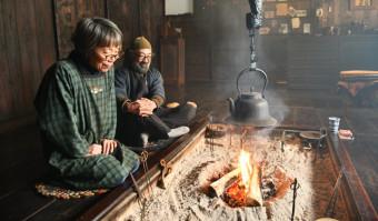 手紙で予約を受け付ける苫屋。主人の坂本充さん(右)、久美子さん夫妻が温かく出迎える