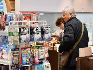 マスクを取りそろえる花巻空港1階売店。中国・武漢での新型肺炎感染拡大を受け、一時品薄となった=23日、花巻市
