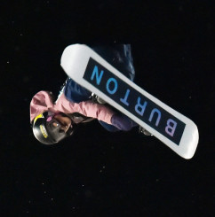 スノーボード女子ビッグエアで自身初のフロントサイドダブルコーク1080を決めて3位に入った岩渕麗楽(バートン)=米コロラド州アスペン(運動部・小田野純一撮影)