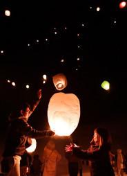 舞い上がり、夜空を彩る約150個のスカイランタン=26日、花巻市鉛・鉛温泉スキー場