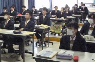東日本大震災の本紙報道について学ぶ百石高の生徒
