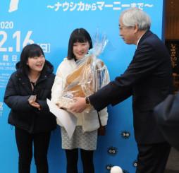 記念品を贈られる(左から)冨山蘭さん、稲藤亜弥さん=28日、盛岡市本宮・県立美術館