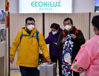 花巻空港に到着したマスク姿の乗客=29日、花巻市