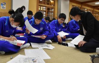 本社社員の指導でメモを取り記事にまとめる高田一中の1年生
