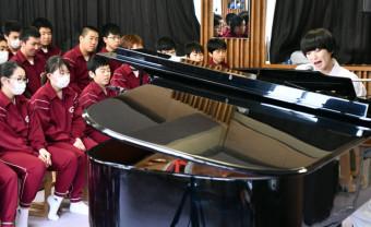 全校生徒を前に、ピアノの弾き語りをする日食なつこさん