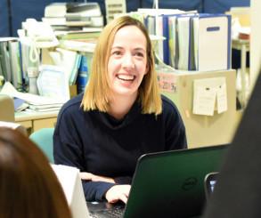 職場で笑顔を見せるエミリー・ハラムズさん。釜石市での経験を生かし、新天地での活躍を誓う