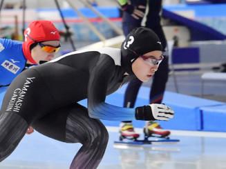 成年女子500メートル決勝 序盤から先行し、39秒88で優勝した熊谷萌(右、山梨学院大)=八戸市・YSアリーナ八戸