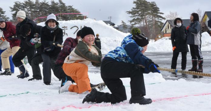 声援を受けながら雪中綱引きを楽しむ来場者