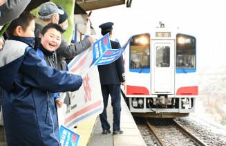 普代駅のホームで列車の運行再開を喜ぶ人たち=1日、普代村銅屋