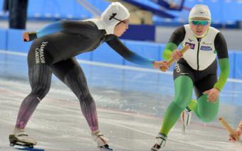 成年女子2000メートルリレー決勝 本県は1走の熊谷萌(左、山梨学院大)がトップで2走三嶋萌(大東大)にリレーする=八戸市・YSアリーナ八戸