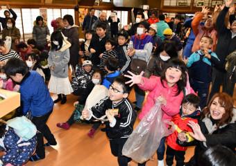 東日本大震災後初めて行われた豆まきを楽しむ住民