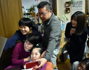 家族や友人に囲まれ、白熱した試合を繰り広げる三浦りんさん(手前中央)