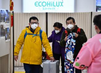 花巻空港に到着したマスク姿の乗客=1月29日、花巻市