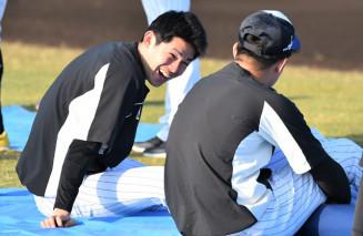 準備運動しながら談笑する佐々木朗希。チームになじんできて笑顔も増えた=沖縄県石垣市中央運動公園