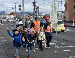 交通量が増えた矢巾町の県道では、地域住民が小学生を見送り安全に目を光らせている
