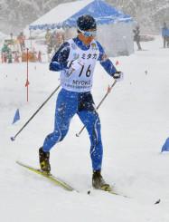 男子10キロクラシカル 快調にスキーを滑らせて2位に入った大堰徳(盛岡南)=新潟県妙高市・赤倉観光リゾートクロスカントリーコース