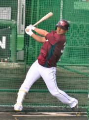 一球一球に集中して打撃練習に励む楽天の銀次=沖縄県久米島町・久米島球場