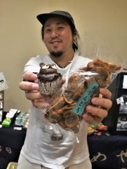 自慢の手作りケーキやかりんとうを販売する橋本充司さん