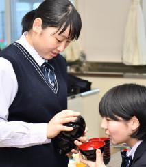 給仕の練習に励む高校生