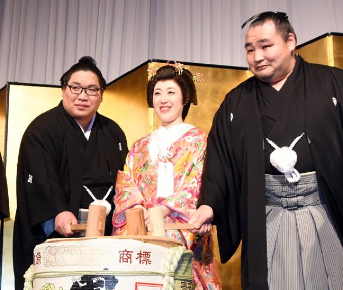 披露宴で鏡開きをする錦木(左)と妻桃代さん、横綱鶴竜=8日、東京都内